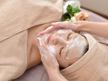 まずはクレンジングで毛穴洗浄。化粧汚れや毛穴の汚れを除去。